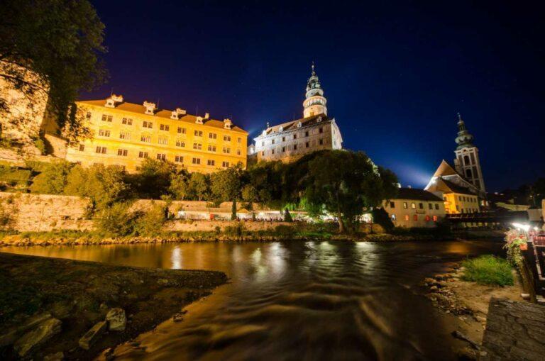 Noční Český Krumlov, pohled z ostrova