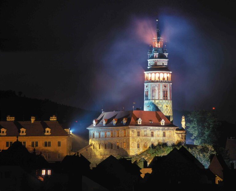 Krumlovská věž v noci