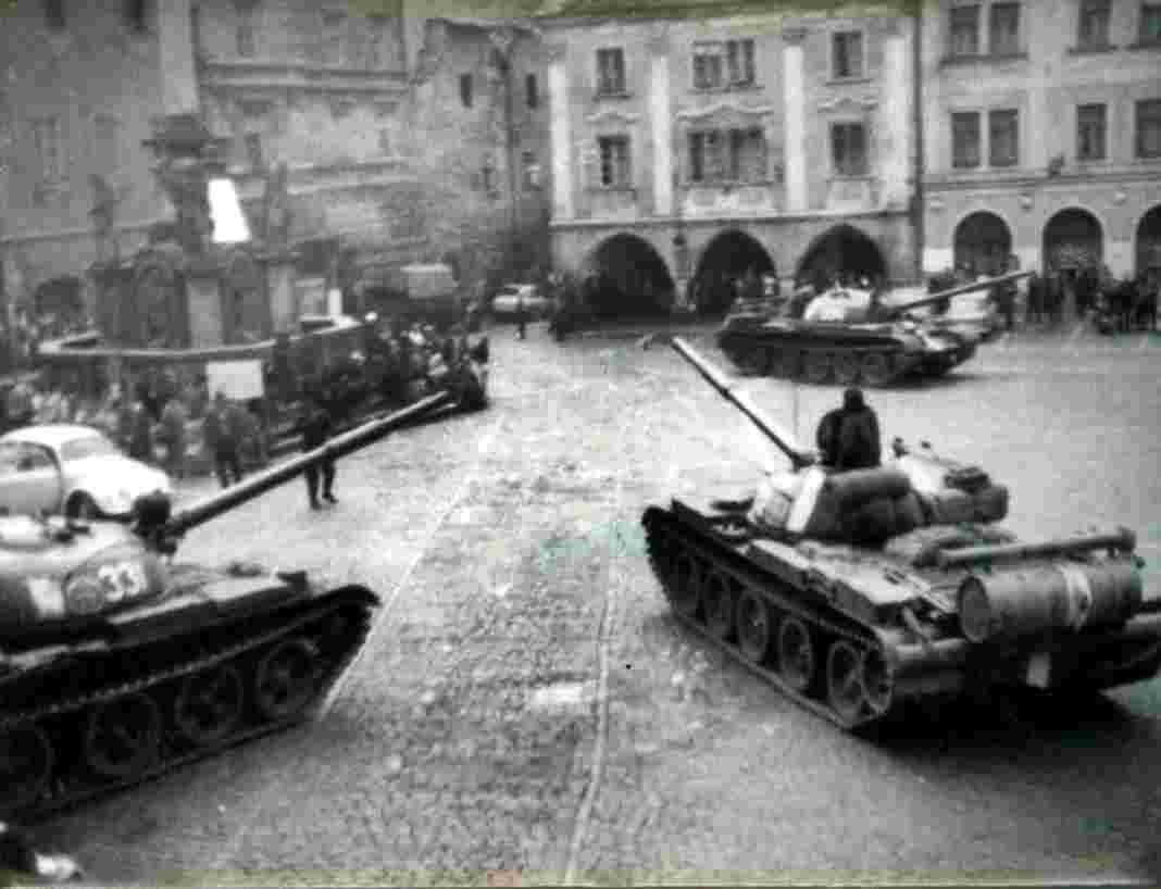 Sovětské tanky v Českém Krumlově, rok 1968